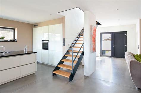 Einfamilienhaus Mit Loft Im Haus by Offener Wohnbereich Mit Treppe Einer Modernen