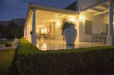 Casa Di Lusso by Casa Di Lusso Con Veranda Illuminata Di Notte La