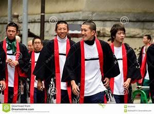 Moderne Japanische Kleidung : gl ckliche junge japanische m nner in der traditionellen kleidung redaktionelles stockfotografie ~ Orissabook.com Haus und Dekorationen