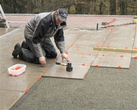 hoe krijg je cement tegels tegels leggen in mortel dikke houten balken
