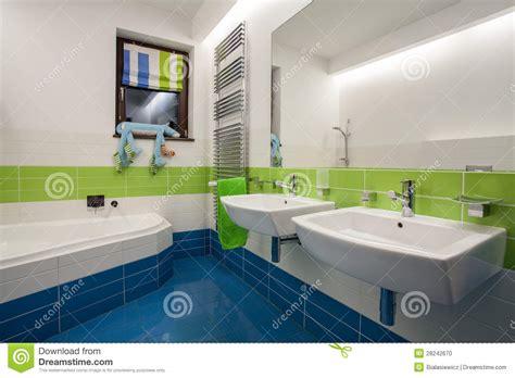 salle de bains coloree maison de travertin salle de bains color 233 e photo stock image 28242670