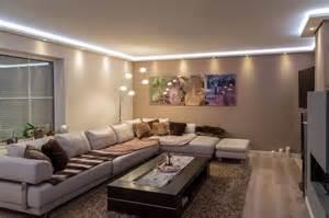 beleuchtung im wohnzimmer stuckleisten lichtprofil für indirekte led beleuchtung wand und decke stuckleiste aus