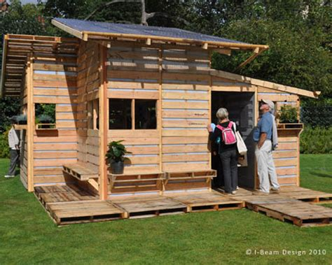 siege pour jardiner the pallet house by i beam design costs only 75 and uses