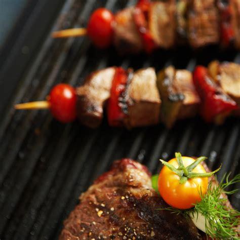 cuisiner sur plancha cuisiner pas cher en août le barbecue vs la plancha