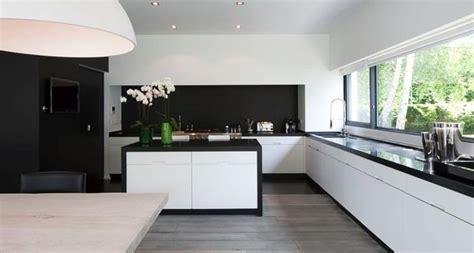 cuisine blanc et noyer cuisine en contraste de noir et blanc ensemble associes