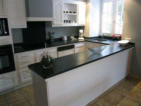 cuisine grise avec plan de travail noir cuisine blanche avec plan de travail noir 73 idées de relooking archzine fr