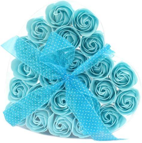 bloemen in box zeep bloemen hartvormige box blauwe rozen 5055796576753