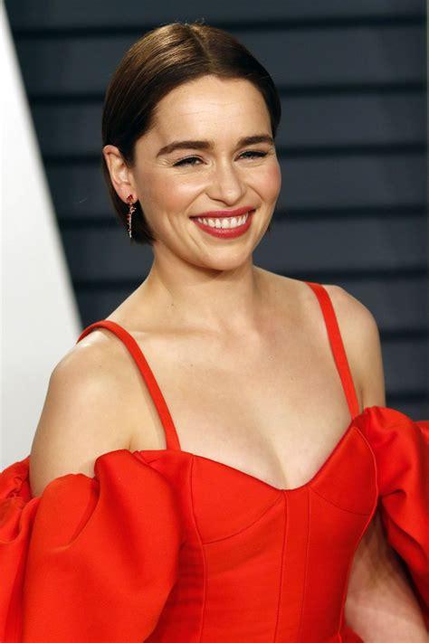 Эмилия изобел юфимия роуз кларк родилась 23 октября 1986 года, в лондоне и выросла в беркшире. Emilia Clarke suffered two burst brain aneurysms in between seasons of 'GoT'   CelebrityWShow