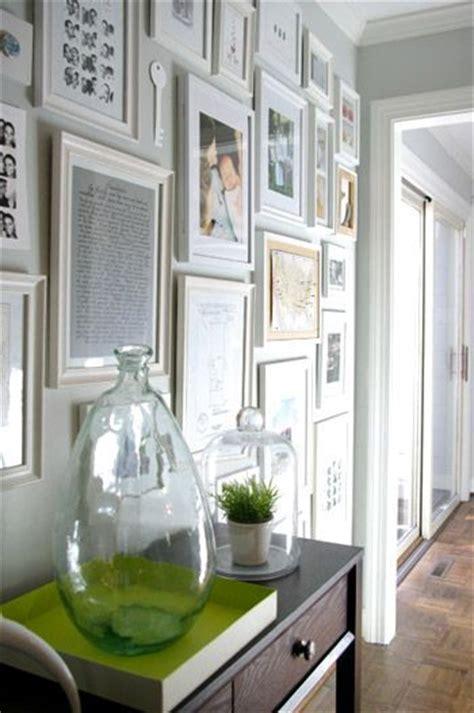 cornici bianche come decorare le pareti con foto la figurina