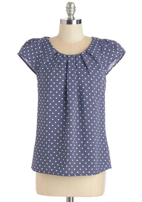 estilos de blusas basicas  toda mujer debe tener