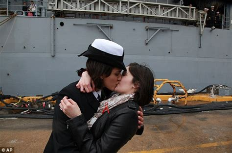 US Navy Women Share First Gay Kiss Lesbian Couple S Homecoming Kiss As Ship Returns Daily
