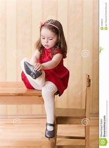 Girl Put On Shoes Clipart - Clipart Suggest