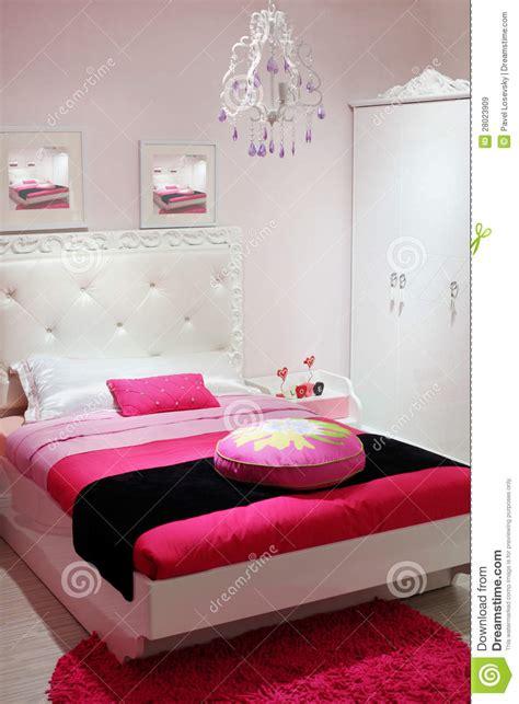 le chambre a coucher chambre à coucher avec la garde robe blanche et le tapis