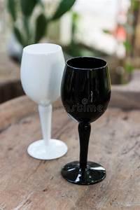 Verre A Vin Noir : verre de vin noir et blanc photo stock image du gobelet 53454368 ~ Teatrodelosmanantiales.com Idées de Décoration