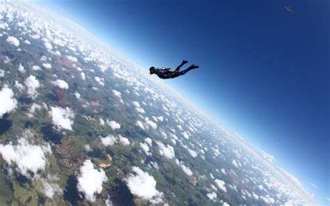 Parachute Dive by Skydiver Jumps Out Of Plane At 25 000 With No Parachute
