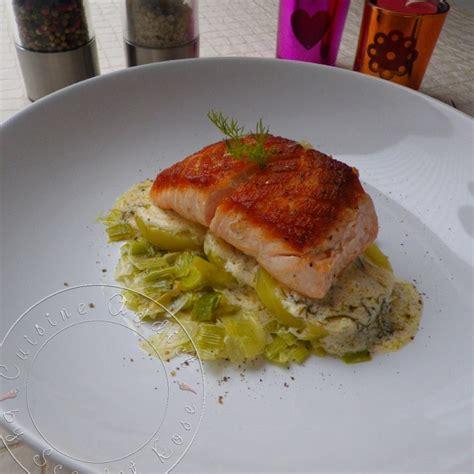 cuisiner pavé saumon pavé de saumon à l 39 unilatérale sur lit de poireaux et