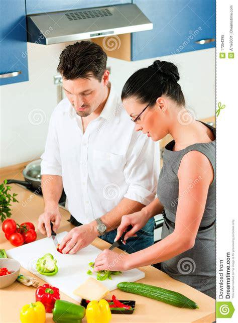 couples faisant cuire ensemble dans la cuisine image stock image du intérieur amour 17254395
