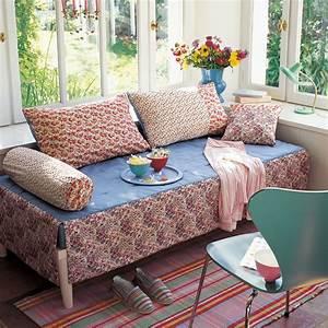 des coussins et couvre lit en libertyc marie claire With couvre canapé lit