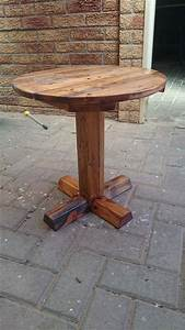 Diy pedestal pallet round coffee table for Perfect round pedestal coffee table ideas