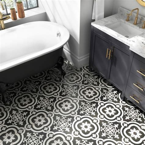 Lowes Bathroom Floor Tiles by A Patterned Floor Tile Gives This Bath The Look Of Luxury