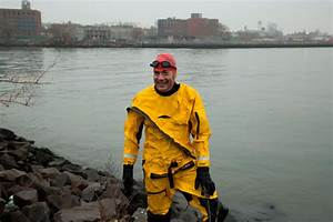 Christopher Swain swims Newtown Creek | Brooklyn Paper