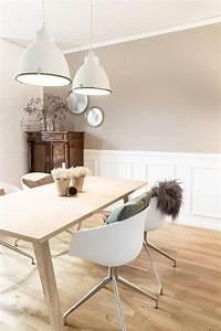 Weiße Stühle Esszimmer : skanditraum im altbau helle farben wei e st hle und ein skandinavischer holztisch f r ~ Eleganceandgraceweddings.com Haus und Dekorationen