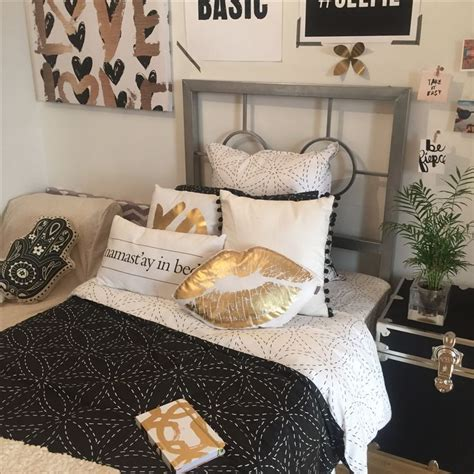 Black And Gold Bedroom Design Ideas by Best 25 Gold Room Decor Ideas On Gold Rooms