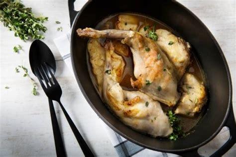 cuisiner un lapin au vin blanc recette de lapin en cocotte au vin blanc et au thym citron