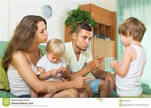 Eltern Verkaufen Haus An Kind : eltern die kind im haus schelten stockfoto bild 46090430 ~ Frokenaadalensverden.com Haus und Dekorationen