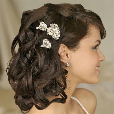 coiffure mariage cheveux courts frisés coiffure mariage avec couronne de fleurs
