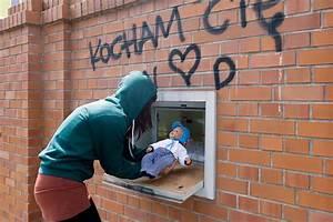 Image D Enfant : les fen tres b b le syst me d 39 abandon d 39 enfant encore tol r par l 39 allemagne ~ Dallasstarsshop.com Idées de Décoration