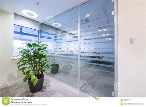 porte de bureau en verre porte en verre et plante verte dans le bureau photo stock