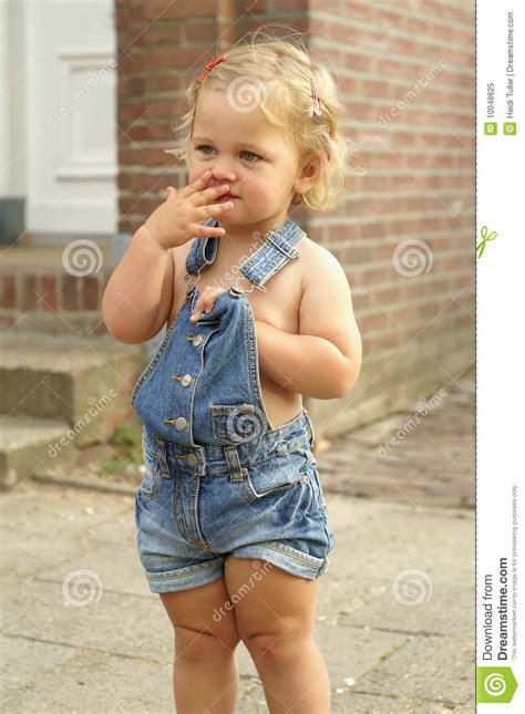 cuisine fille 2 ans verticale d 39 une fille mignonne de 2 ans image stock