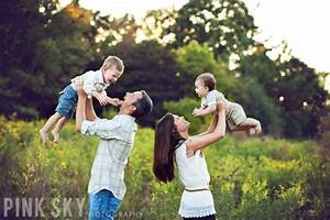 125 Family & Sibling Photos: Posing Ideas & Inspiration ...
