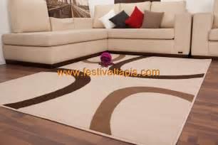 tapis contemporain de couleur beige marron convers