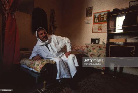 Ouvrier immigré algérien portant une djellaba chez lui, en 1980, à... News Photo - Getty Images