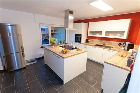 Weiße Holzküche Mit Kochinsel, Viel Stauraum Und
