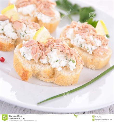 canap au thon canape avec le thon et le fromage photo stock image