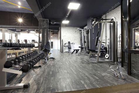 salle de sport avec coach int 233 rieur de la salle de sport moderne avec divers 233 quipements photographie rilueda 169 53041219