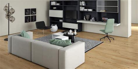 canapé angle gris clair intégrer une télévision à la décoration d 39 un salon nos