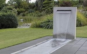 Wasserfall stele sichtbeton grau glatt mit angeformter for Whirlpool garten mit rinne balkon