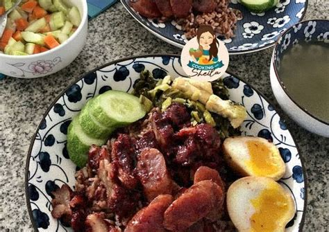 Ayam kecap bumbu ngohiong    ayam kecap dengan ngohiong    chinese food halal simple tapi lezat video kali ini sy buat chinese food versi halal biasanya ini. Resep Nasi Campur Charsiu tapi HALAL loh!!!! oleh Cooking with Sheila - Cookpad