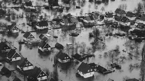 Großes Bild über by Katastrophe 252 Ber Nacht Die Gro 223 E Sturmflut In Hamburg
