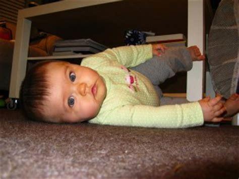 quel age un bebe tient assis a quel 226 ge b 233 b 233 se retourne