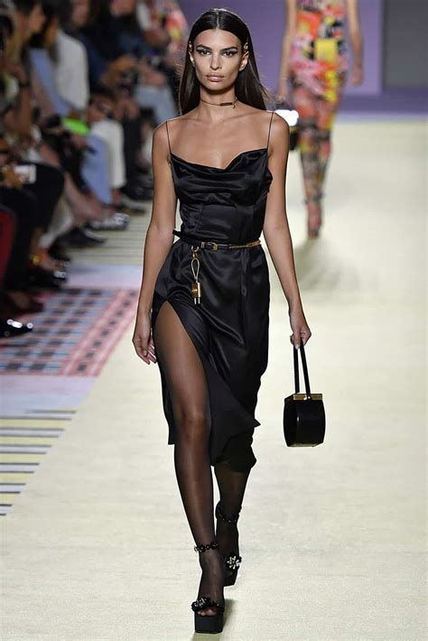 shalom harlow  icon  closed  versace show
