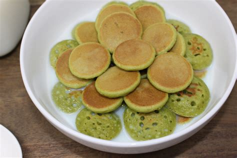 We have an abundance of pandan leaves growing in our garden and i needed to use some of it. pandan-pancakes-cereal-1 - EatFoodlicious