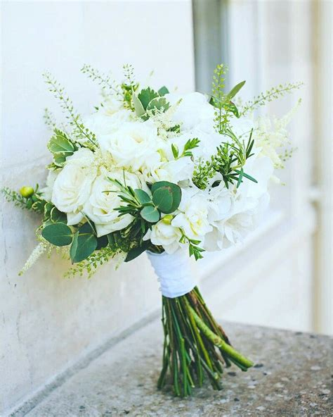 classic white  green bouquet flowers wedding