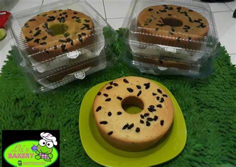 Tuang adonan ke dalam sebuah loyang. Resep Bolu Pisang topping Kismis (resep anti gagal) oleh Liz'bakery (Lisnur Prasetyo) - Cookpad