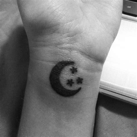 crescent moon tattoos ideas  pinterest moon tattoos moon drawing  luna tattoo
