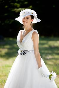 Vintage chic tea length tulle wedding dress and chic hat for Dress hats for weddings